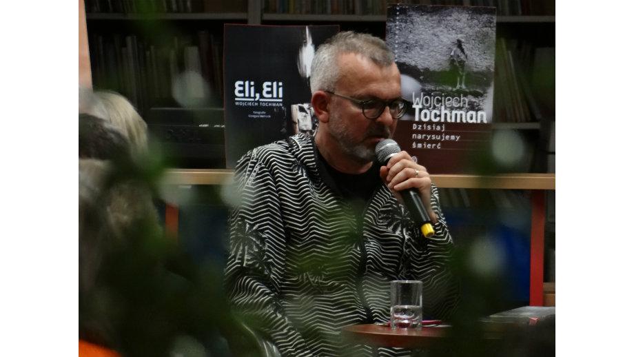 """""""Reportaż to stąpanie po cienkim lodzie"""". Wojciech Tochman w Krośnieńskiej Bibliotece Publicznej"""