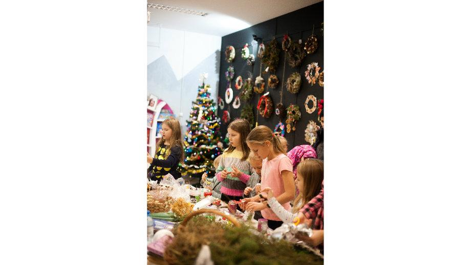 Warsztaty ozdób bożonarodzeniowych w Oddziale dla Dzieci